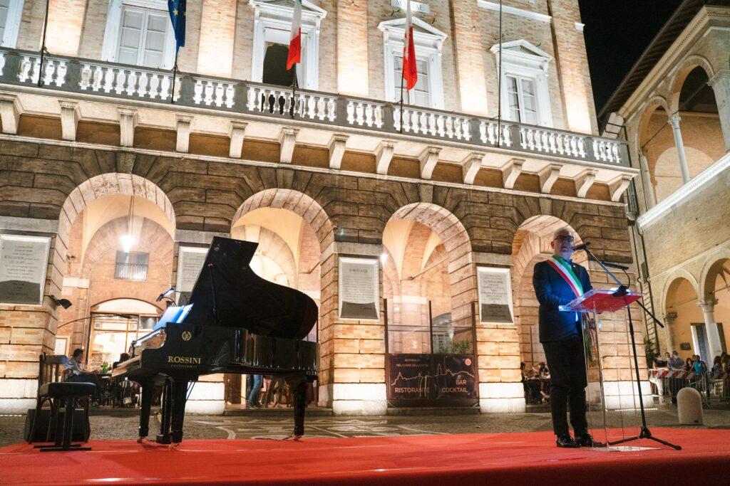 Romano Carancini inaugura la nuova illuminazione di Piazza della Libertà (Macerata)