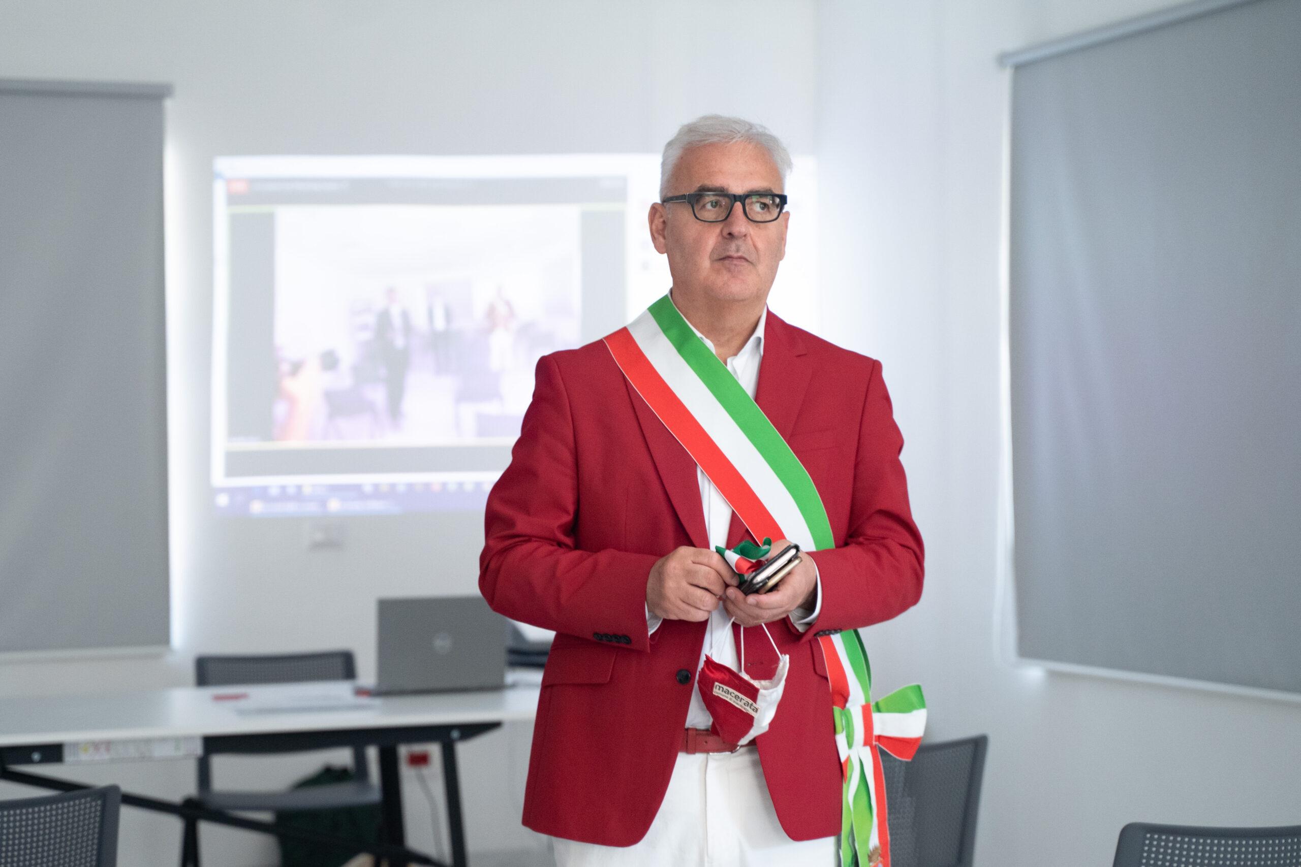 Romano Carancini Sindaco di Macerata con la fascia tricolore